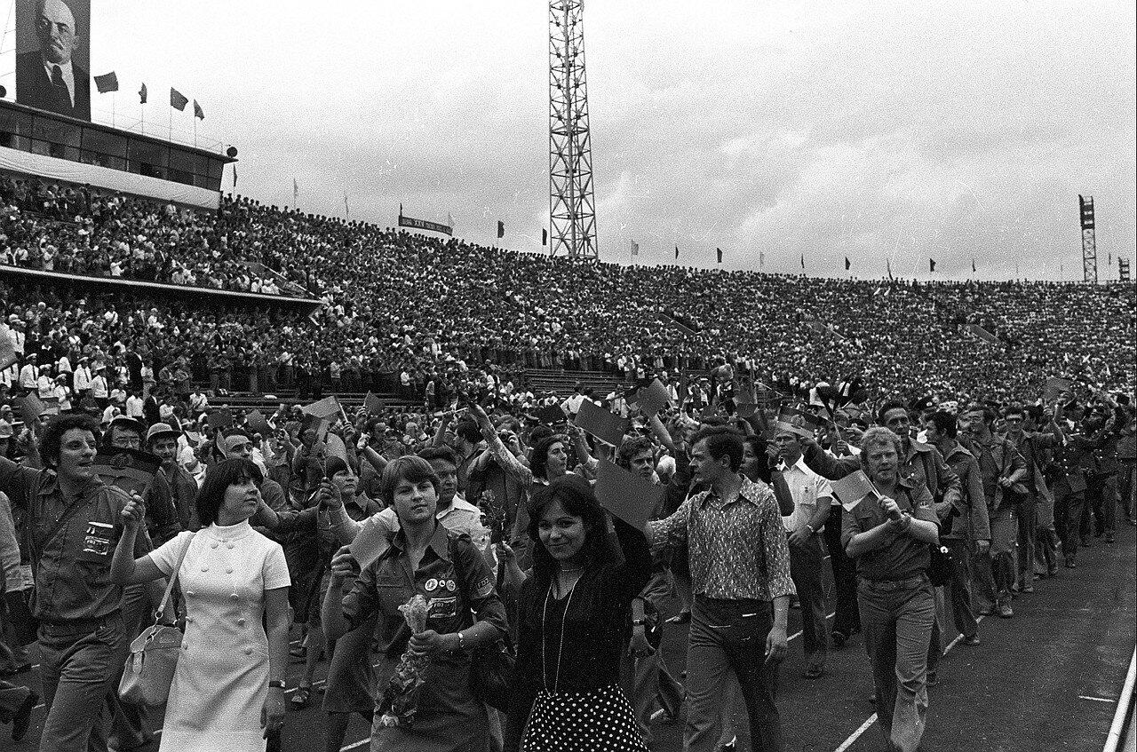 Вид зрителей на трибунах и участников церемонии открытия Фестиваля