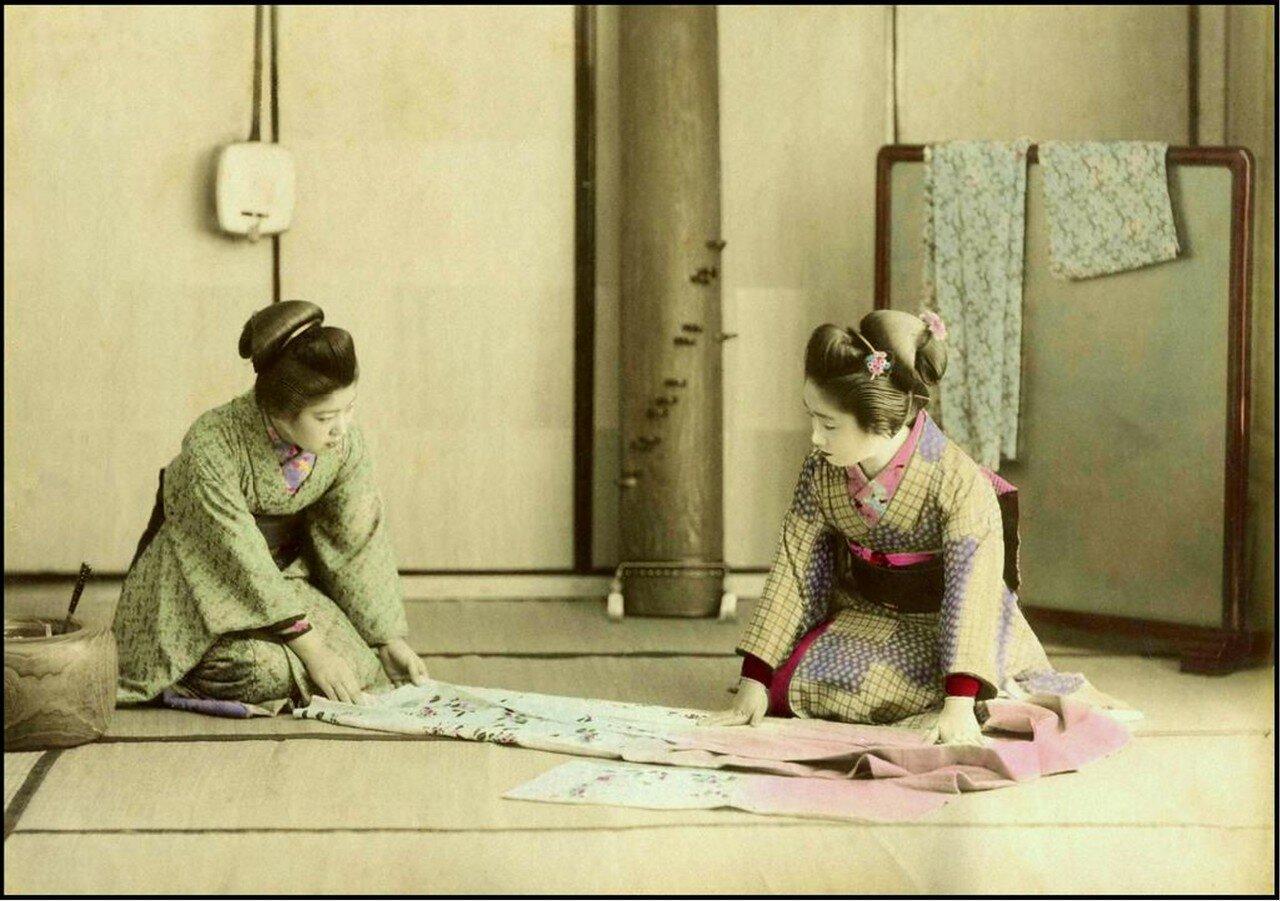 Гейши складывающие кимоно