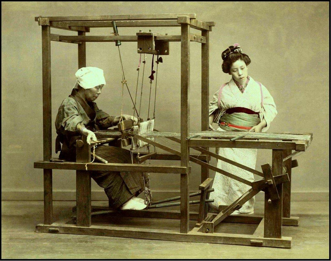 Две женщины за ткацким станком