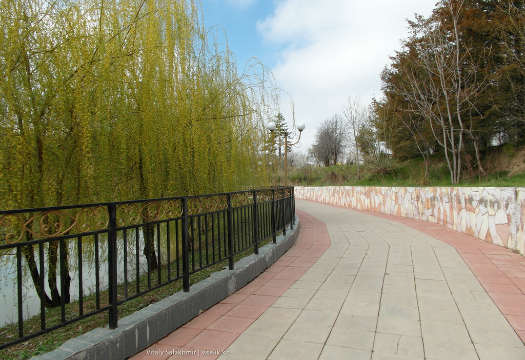 Дорога вокруг озера, дендропарк Шымкента