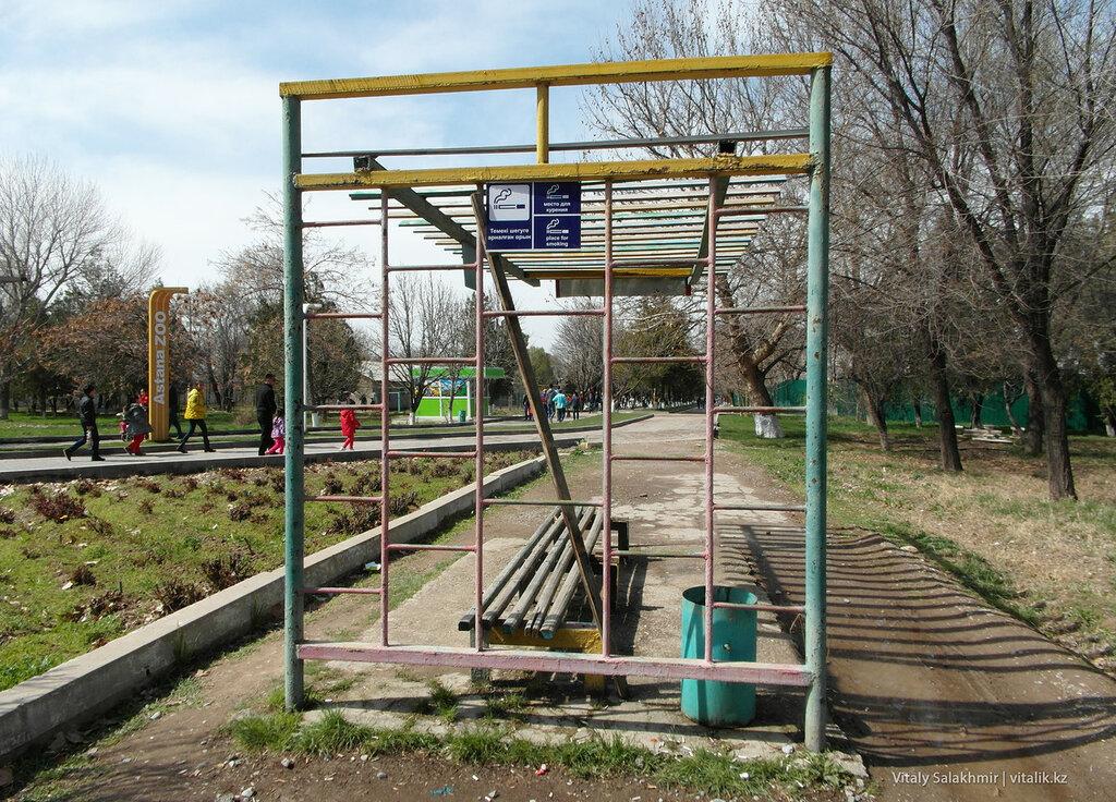 Зона для курения в зоопарке Шымкента