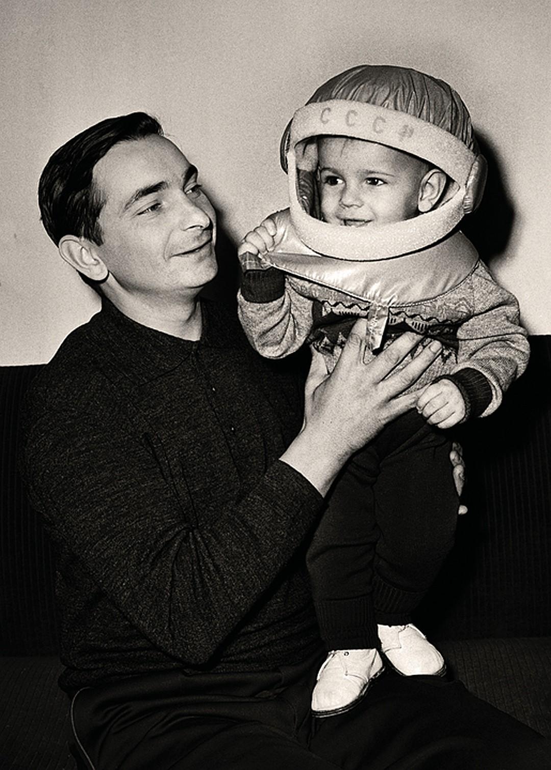 1964. Портрет космонавта Валерия Быковского с сыном