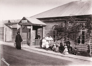 1891. Дети у здания школы.