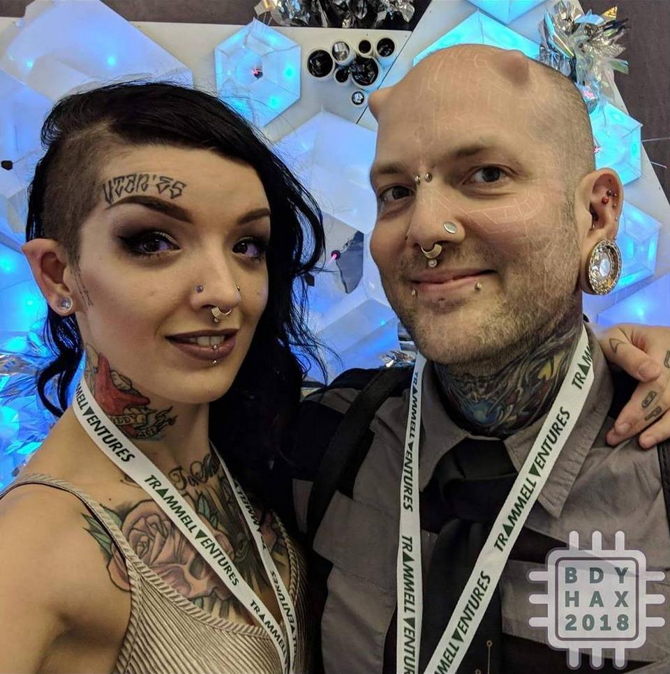 Рога, заостренные уши и ультрафиолетовые татуировки: причудливые модификации тала тату-художника