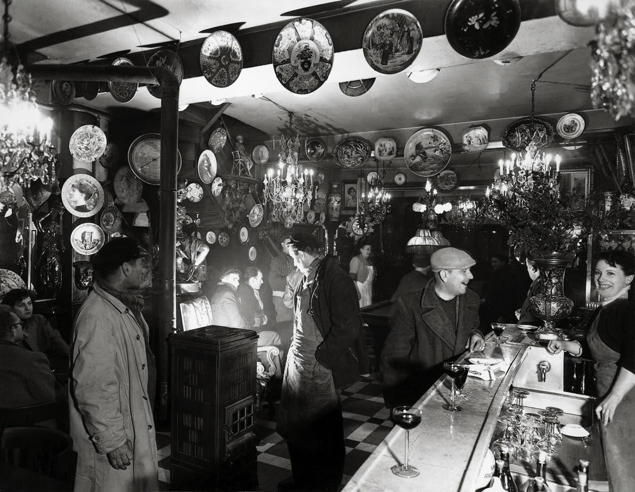 1963. Любопытный в кафе
