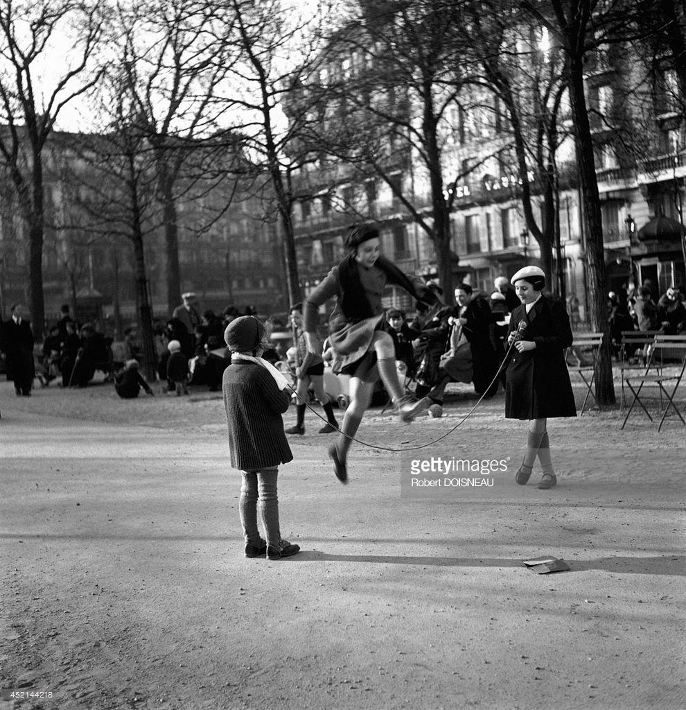 1932. Маленькие девочки играют со скакалкой. 9 октября.  Париж