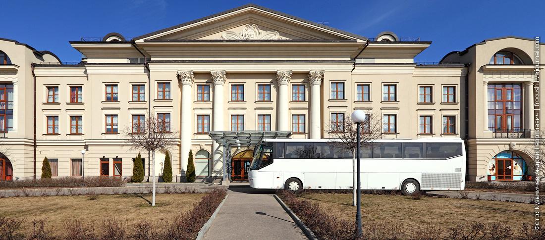 автобус прибыл в расположенный на берегу Волги отель Волжская Ривьера в Угличе