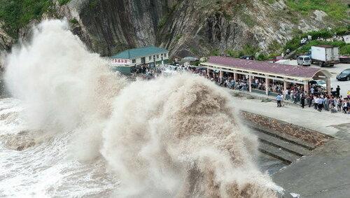 Более 300 тысяч человек эвакуировали в Китае из-за стихии