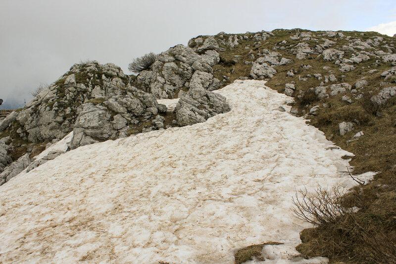 Рыхлый снег на вершине