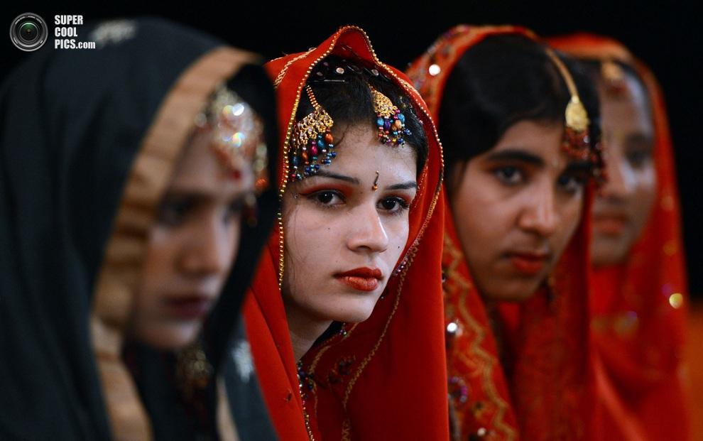 Невесты в традиционных свадебных платьях. (ASIF HASSAN/AFP/Getty Images)