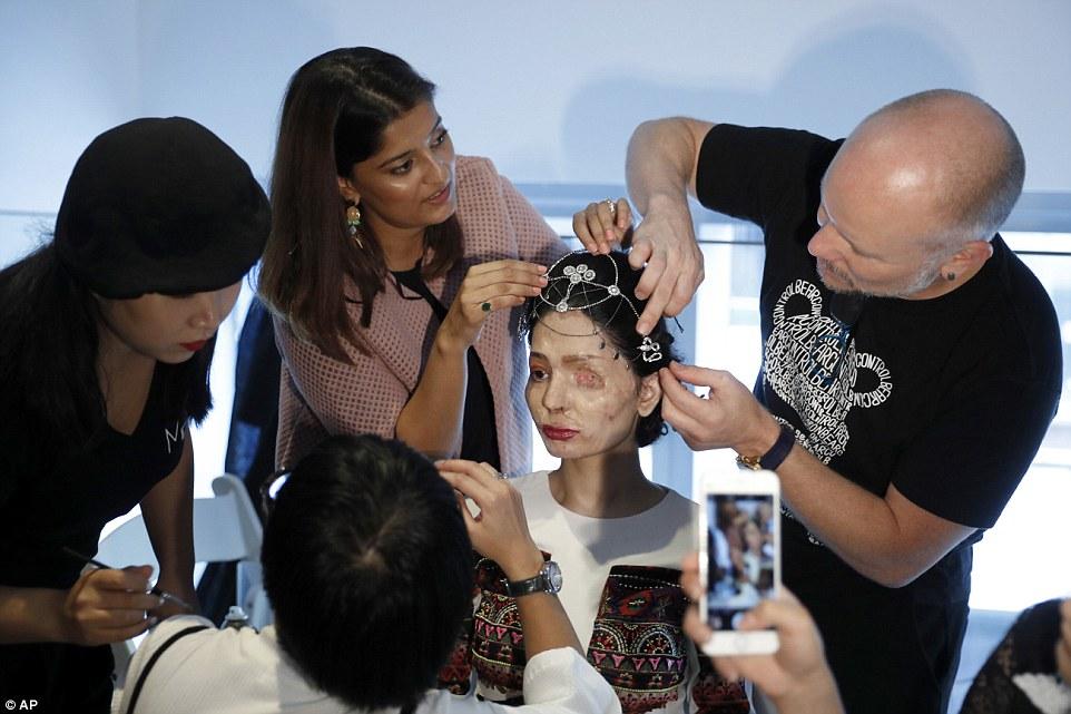 Визажисты готовят девушку к модному показу. «Появление жертв, подобных мне, на подиуме модных показо