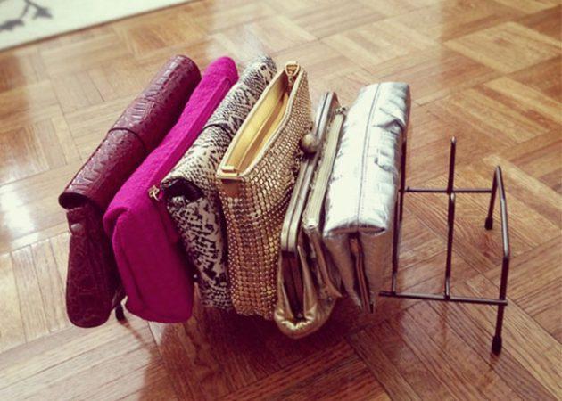 Подставка для кастрюльных крышек с лёгкостью трансформируется в место хранениядамских сумочек.