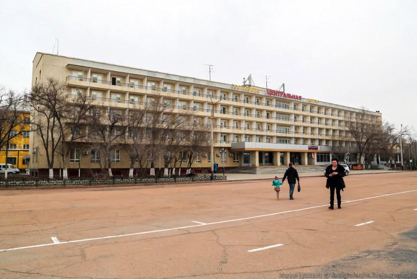 Вид из окна моего номера на здание штаба «Роскосмоса». Погода в одно утро была снежно-метельная, дне
