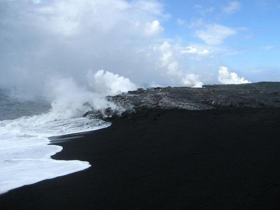 Необычные пляжи с черным песком (15 фото)