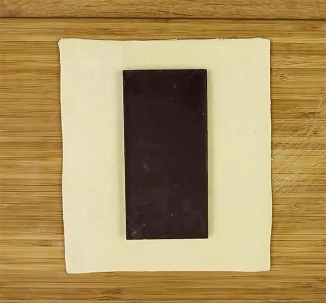 Нарежьте тесто побокам наполоски.