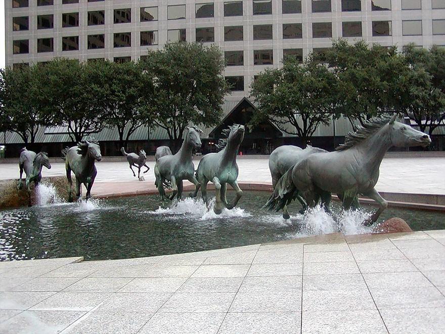 1. Мустанги Лас-Колинаса в городе Ирвинг (штат Техас, США) Это одна из самых больших скульптурных гр