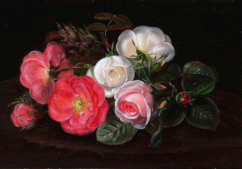 Букет белых и красных роз на пне