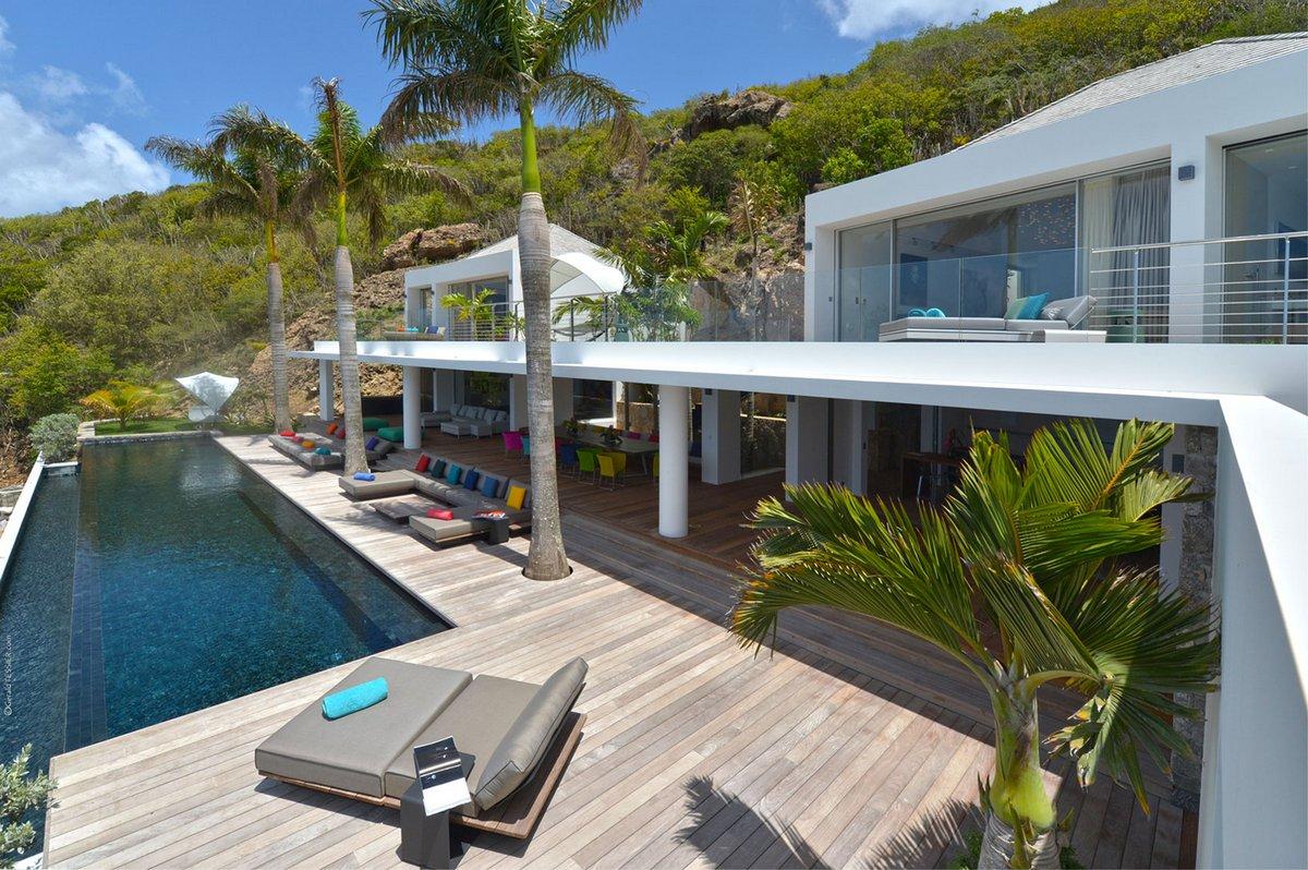 Терраса с пальмами и бассейном