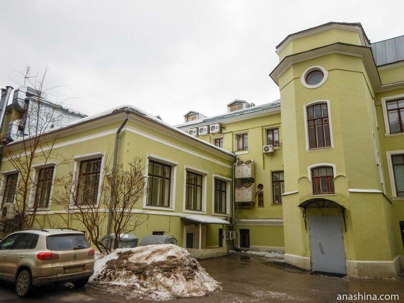Лестница и Египетский зал со стороны двора, дом Смирнова, Москва