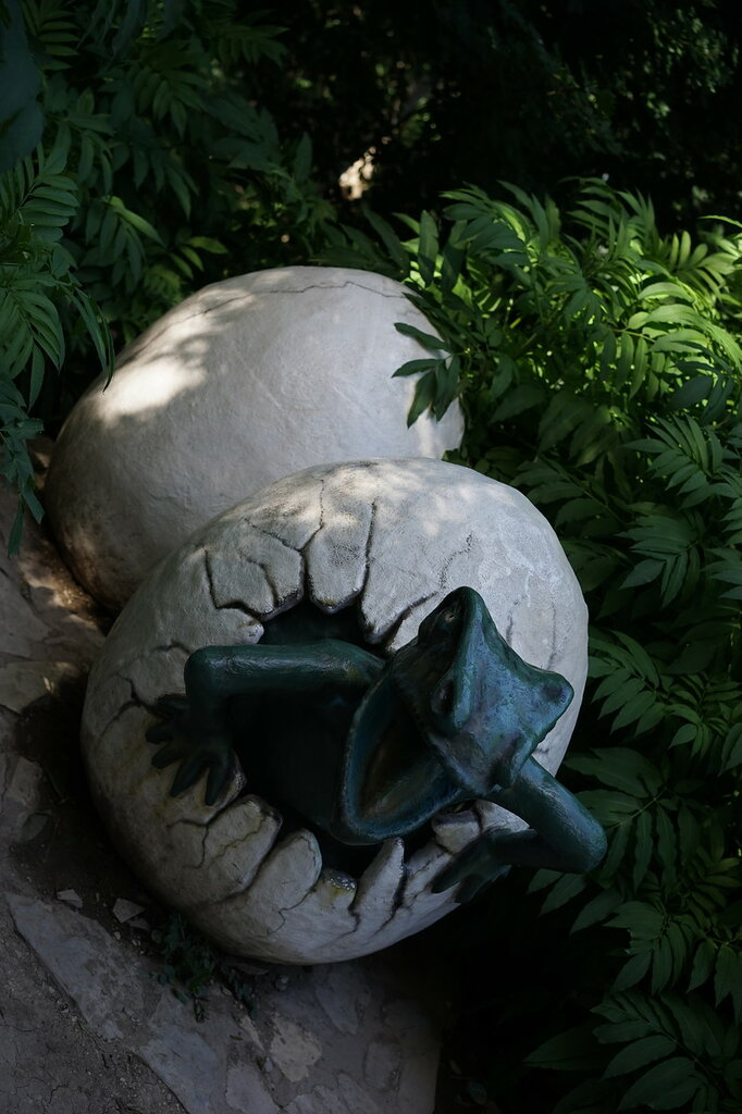 Парк Юрского периода. Динозавр в яйце в Сафари-парке в Геленджике.