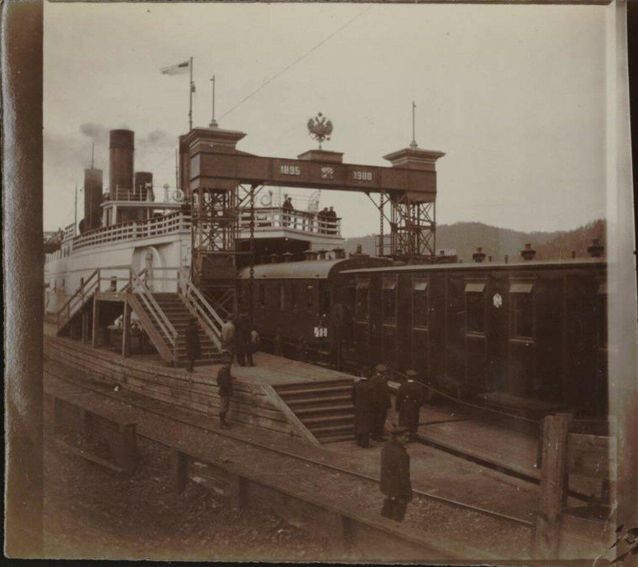 Посадка на паром в порту Байкал на западном берегу озера
