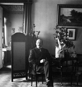 Портрет мужчины в интерьере гостиной
