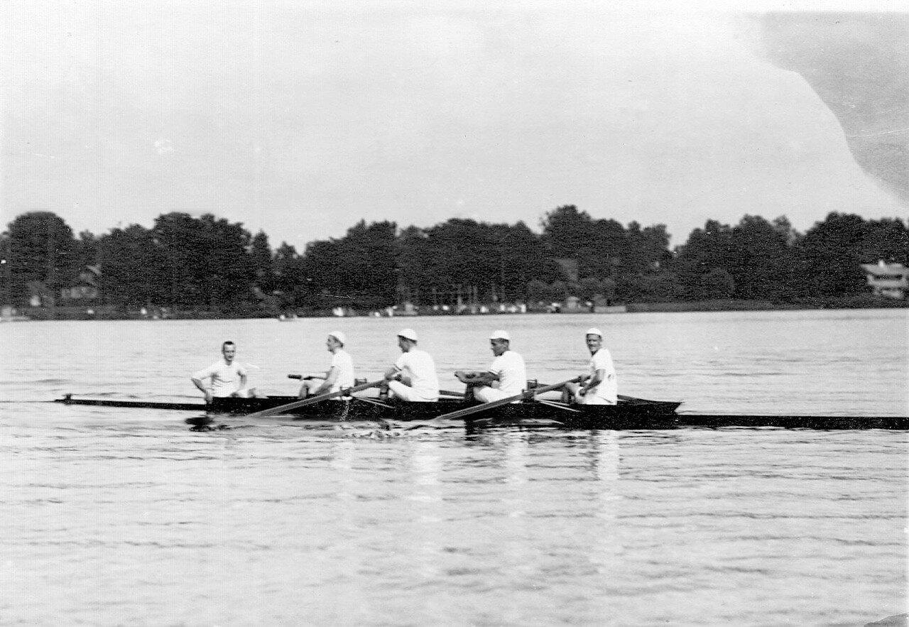 32. Лодка на озере