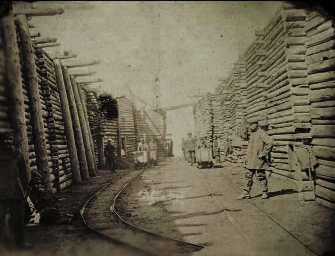 13. Сахалин. Дуе. Путь к пристани. Деревянные срубы для каменного угля, вынутого из шахт