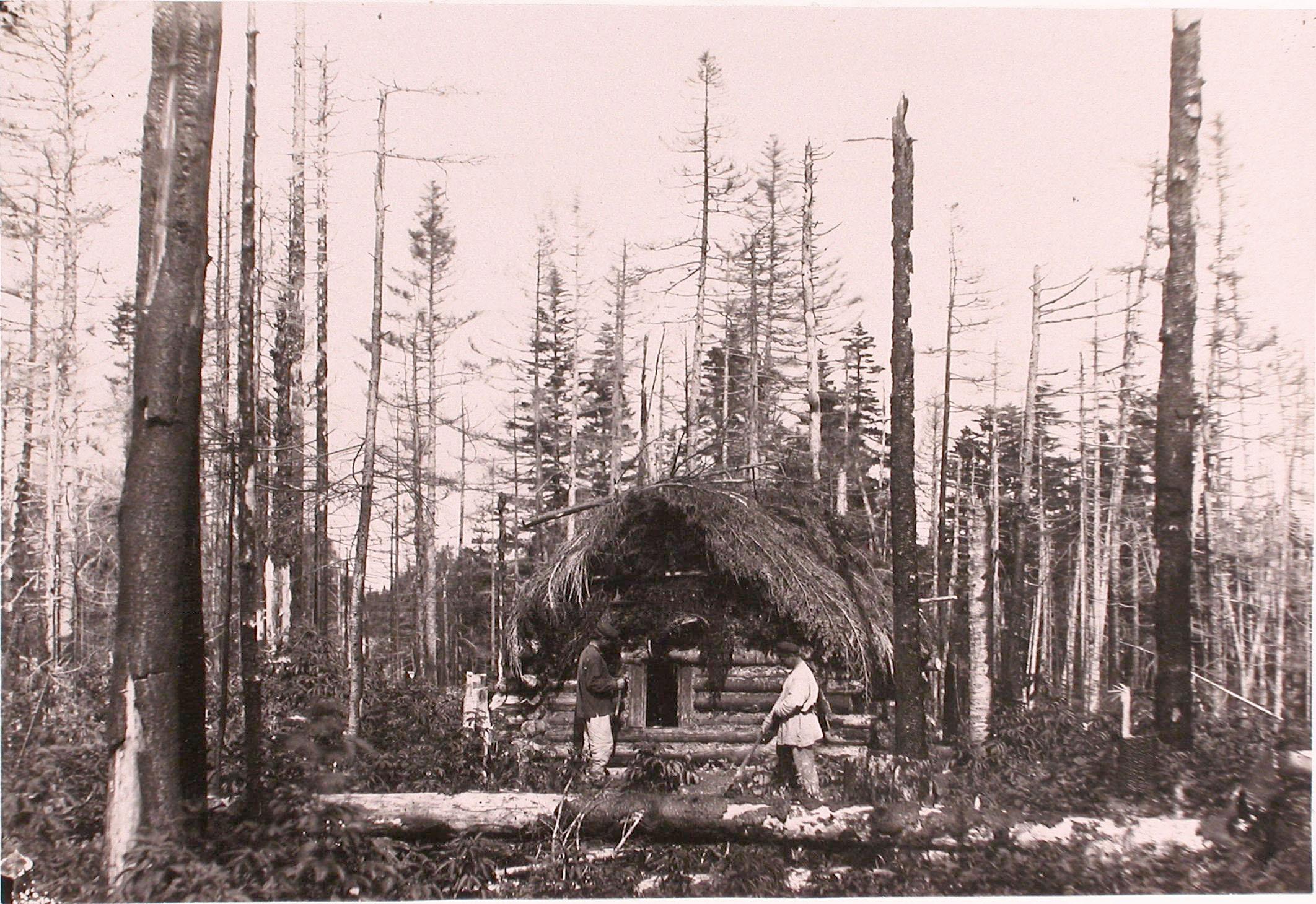 1890. Первые поселенцы у вновь выстроенной избушки в лесу.