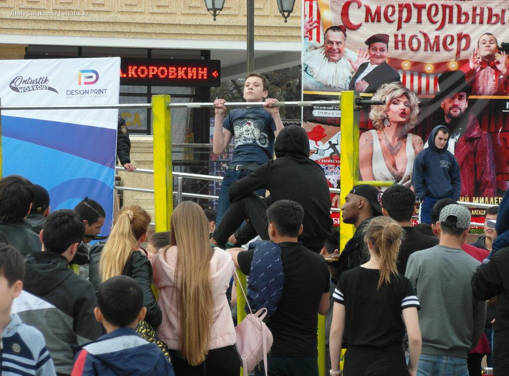 Соревнования на площади Аль-Фараби, Шымкент. Турник
