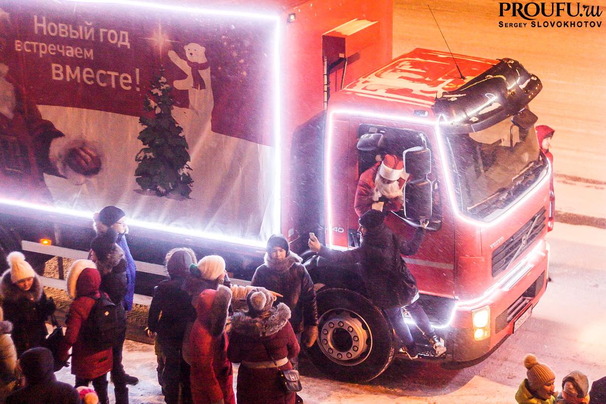 В Уфе дети блокировали Рождественский караван Coca-Cola