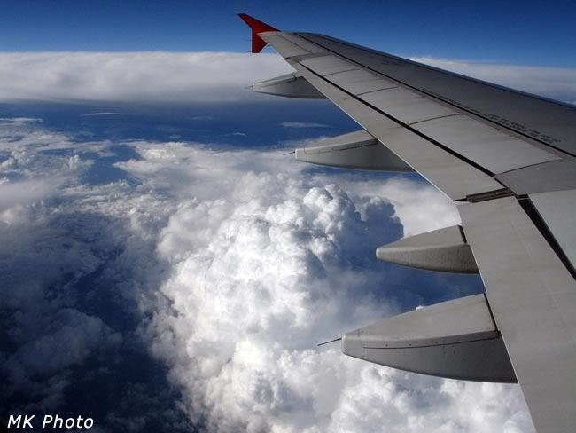Под крылом самолёта - грозовые тучи