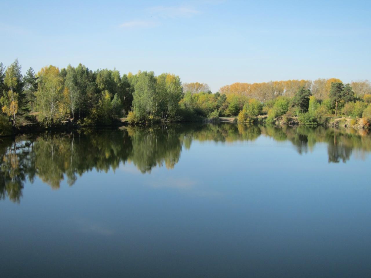 Неподвижная поверхность воды словно зеркало отражает в себе небо, деревья, облака, гранитные берега... (11.10.2016)