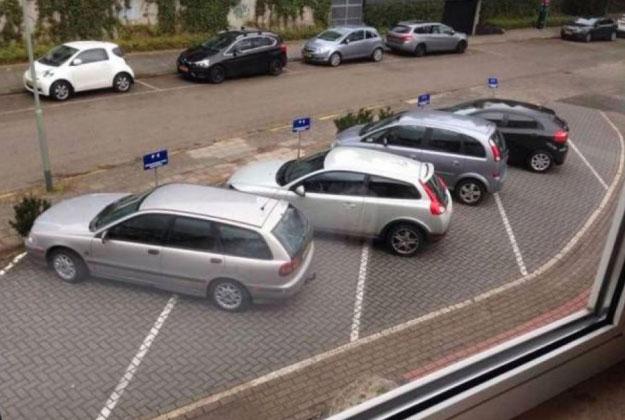 Паркуются как чудаки.