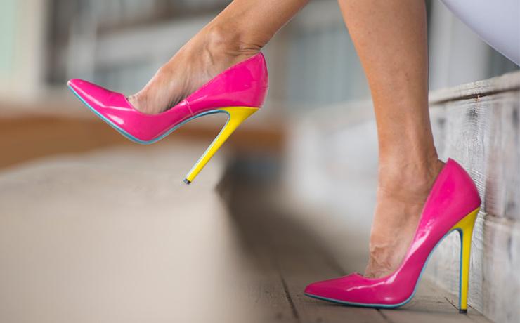 Красивые инепрочные,высокие каблуки часто представляют опасность дляздоровья. Они могут стать