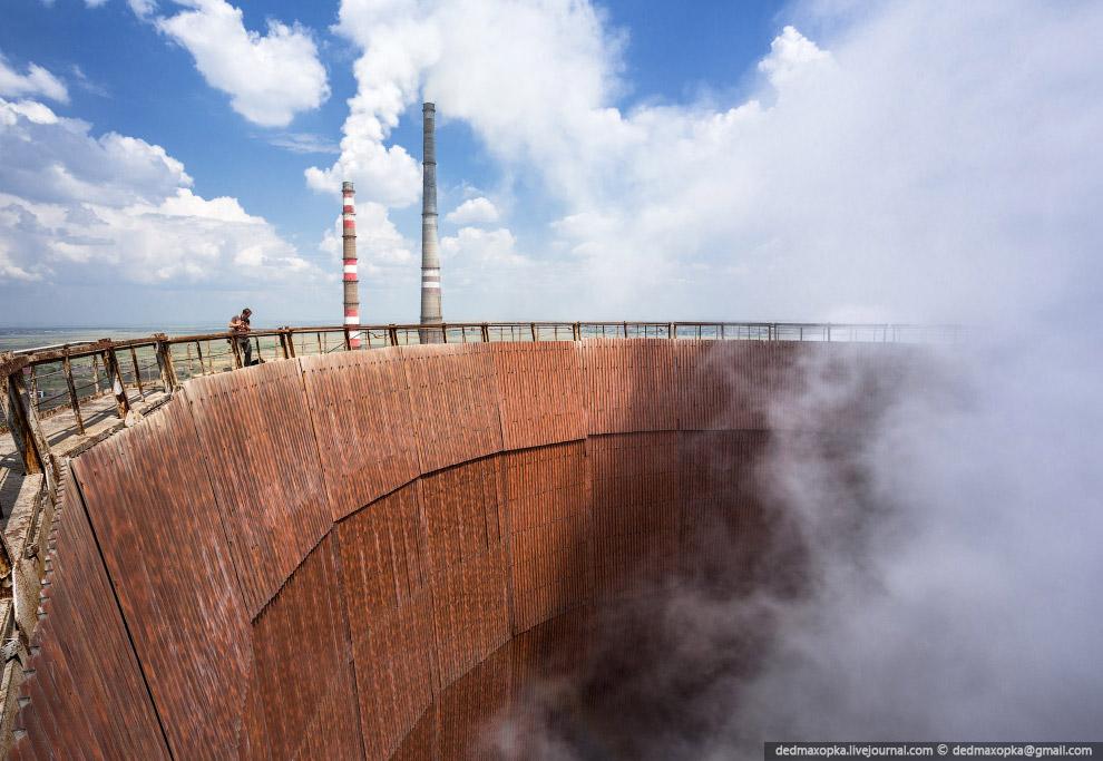 Обычно охлаждающие башни или градирни (анг. cooling towers) используют там, где нет возможности