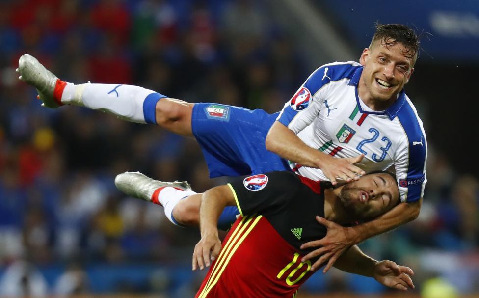 Игрок сборной Исландии Биркир Бьяднасон ликует после забития гола в ворота Португалии.