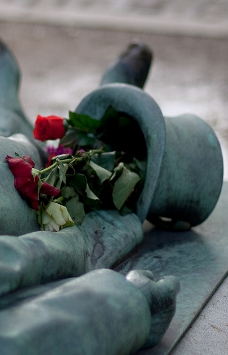 Из-за огромного наплыва толп женщин, желающих попытать счастья у этой могилы, около 10 лет назад мон