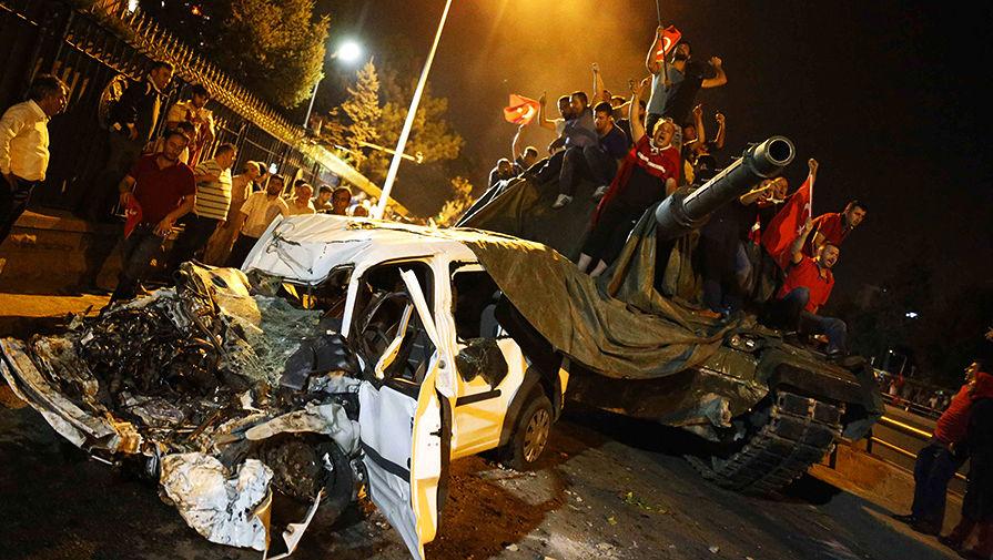 Сторонники президента Турции Реджепа Тайипа Эрдогана атакуют военных, принимавших участие в попытке