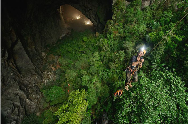 4. В подземном зале пещеры Ханг Сон Дунг места хватит даже для 40-этажного небоскреба.