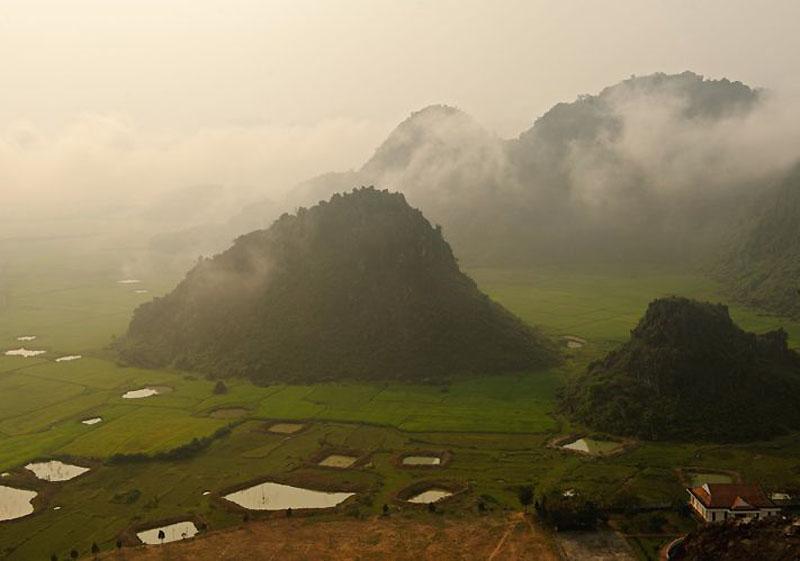 5. Много лет назад в крыше пещеры Ханг Сон Дунг образовались провалы, через которые в подземные залы