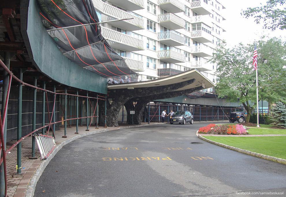 4. Дом, как и подобные нью-йоркские, очень похож на отель. Дормен (швейцар) на входе, большое л