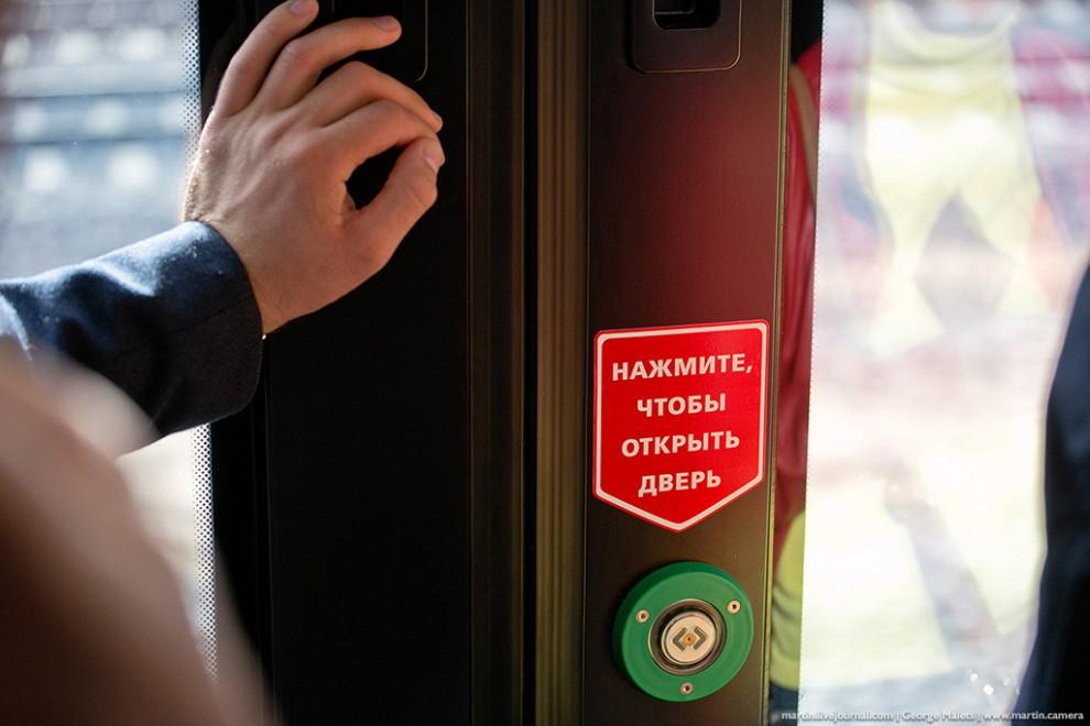На двери в каждом из пяти вагонов есть специальная кнопка, которую необходимо нажать для входа и вых
