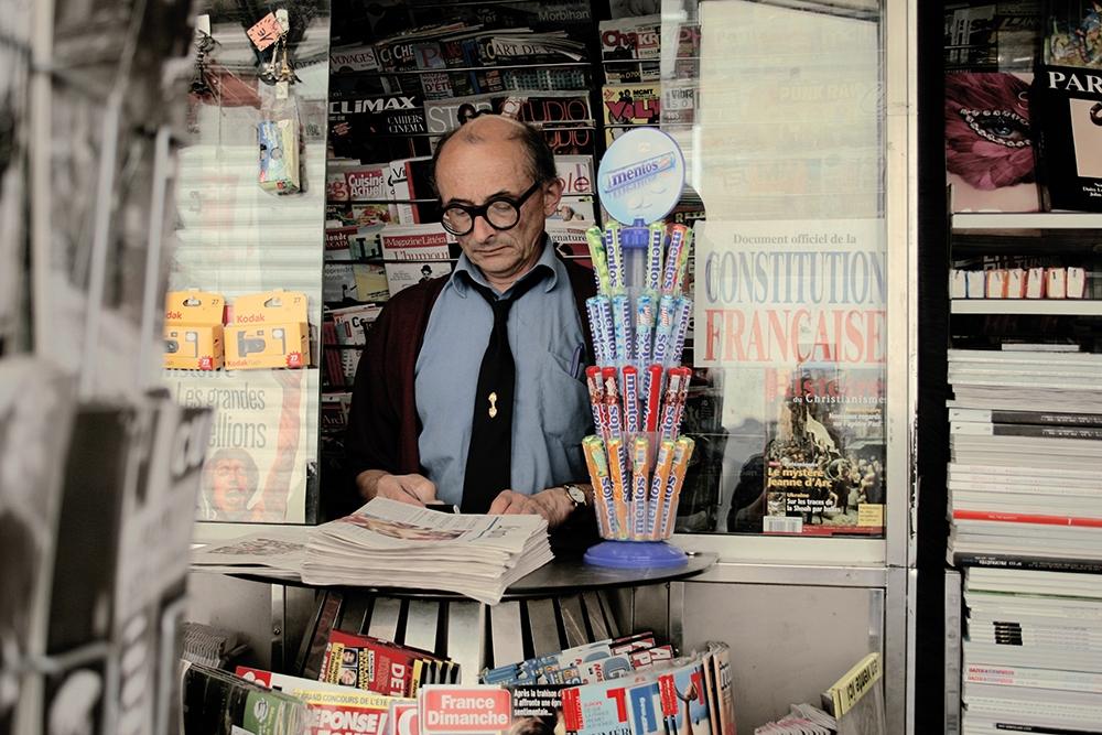 Продавец в газетном киоске был снят на одолженную у знакомого камеру много лет назад. Я тогда не зна