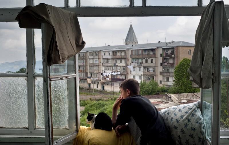 Нагорный Карабах. Парень проводит последнее лето в квартире матери, перед тем как поступить в военно