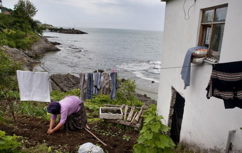 Женщина работает в саду, Турция.