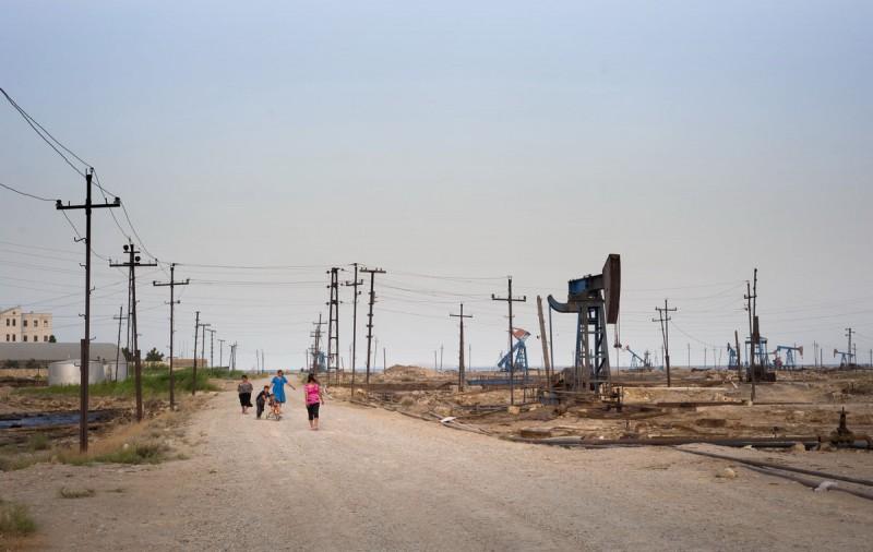 Семья прогуливается по промышленному району Баку, Азербайджан.