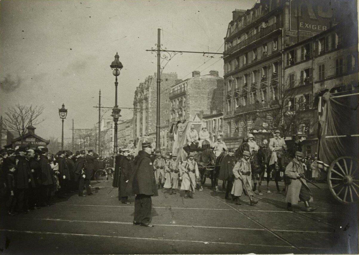 1916. Февраль. Похороны жертв рейда дирижаблей. Похоронная процессия на бульваре  Менильмонтан