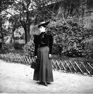 1904. Наташа во дворе дома Морозова
