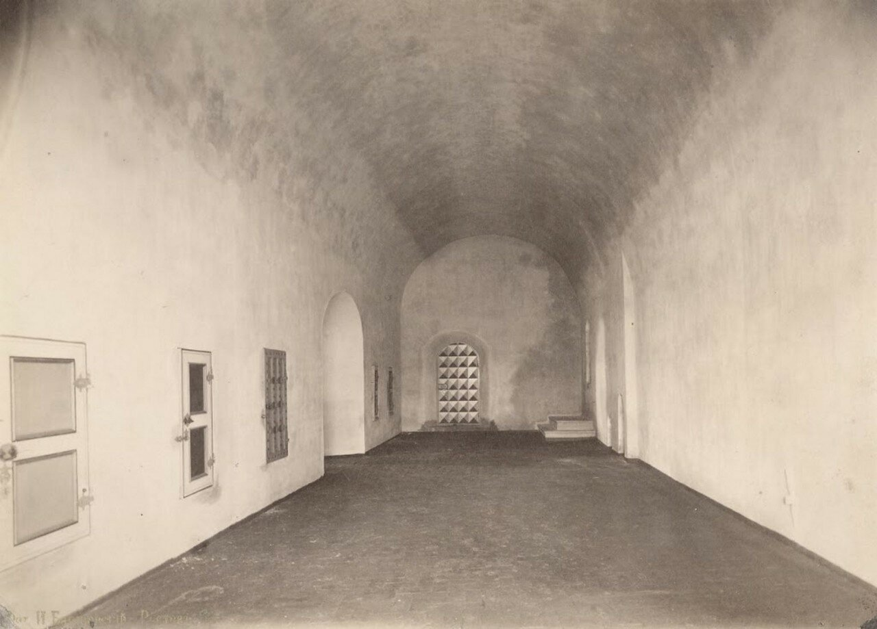 Ростовский кремль, внутренний вид Отдаточной палаты [теплых сеней] после реставрации, на снимке западная, восточная и северная (торцовая) стены палаты. 1883